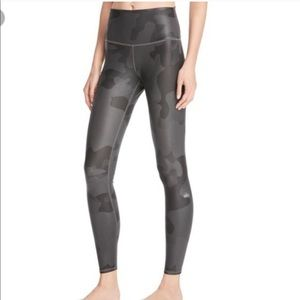 Alo Yoga Black Camo  Vapor Legging